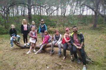 Dzieciaki z Fundacji Echo na wycieczce w lesie.