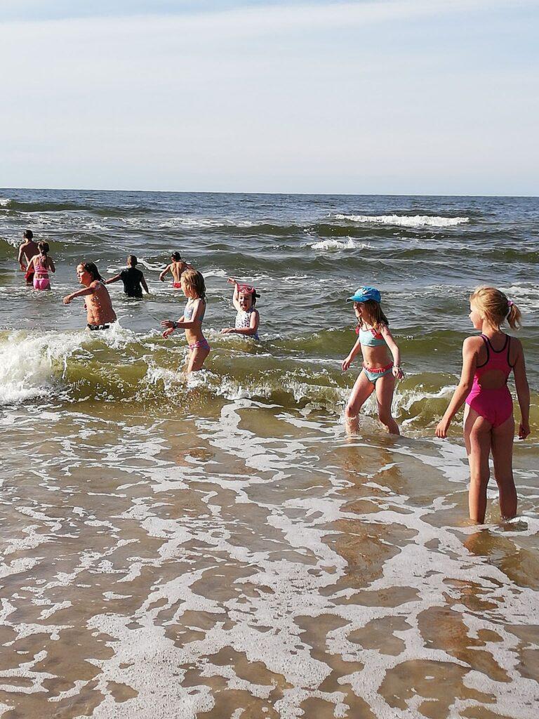 Dzieci kąpią się w morzu.