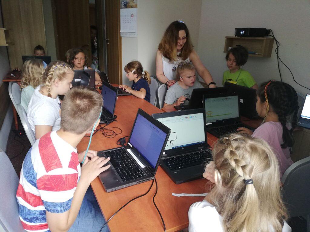 Zajęcia informatyczne prowadzone przez wiceprezez ECHO Małgorate Piątkowską.