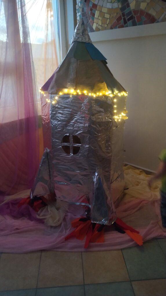 Wielka rakieta skonstruowane przez dzieci.