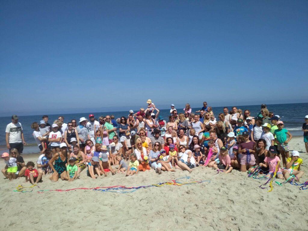 Grupowe zdjęcie uczestników turnusu rehabilitacjyjnego nad morzem w Mrzeżynie.