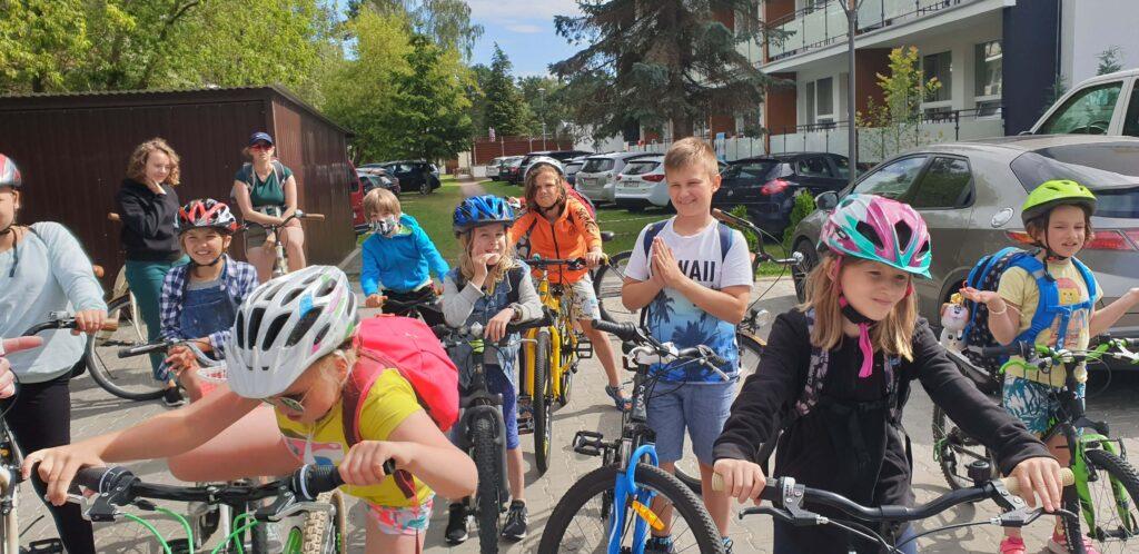 Dzieci i rodzice na wycieczce rowerowej.