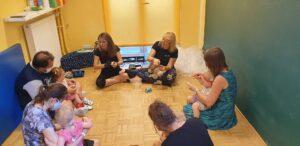 Dzieci niesłyszące wraz z rodzicami uczestniczą w zajęciach w Fundacji Echo.