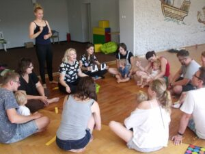Grupa rodziców ze swoimi niedosłyszącymi pociechami uczestniczy w zajęciach turnusowych w Mżerzynie.