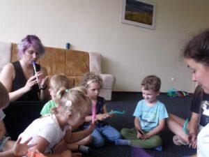 Niesłyszące dzieci uczestniczą w zajęciach muzycznych.