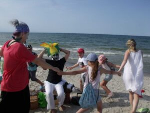 Mali Echowicze wraz z rodzicami tańczą w dookoła króla Juliana.