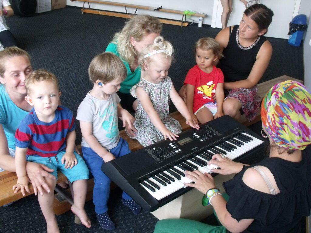 Dzieci niesłyszące na zajęciach muzycznych.