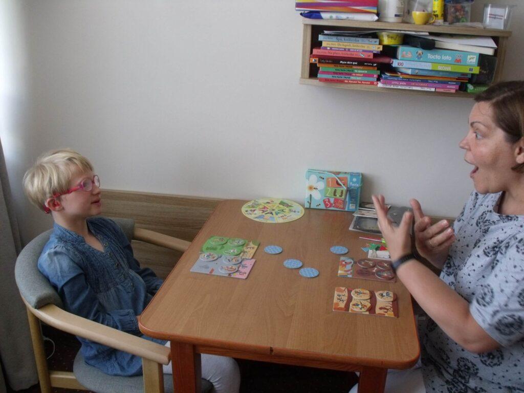 Specjalistka pracuję z niesłyszącym dzieckiem.