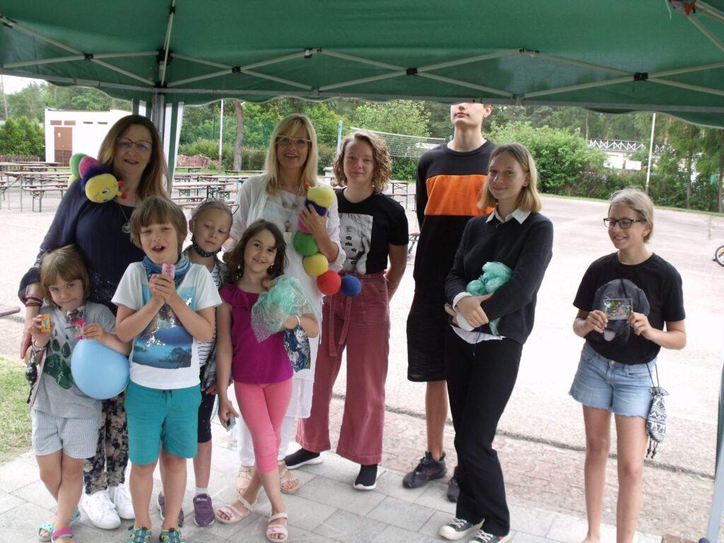 Na zdjęciu: Wiceprezes i Prezes Fundacji Echo oraz grupa niesłyszących dzieci.