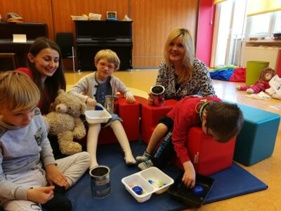 Prezes Fundacji -ECHO- Aleksandra Włodarska vel Głowacka uczestniczy w zajęciach turnusowych razem z niedosłyszącymi dziećmi.