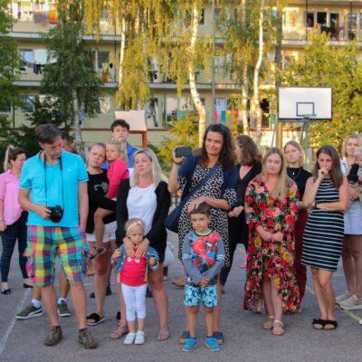 Grupa rodziców z dziećmi niedosłyszącymi.