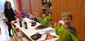 """Niesłyszące dzieci 6-7 lat na zajęciach plastycznych podczas ,,Działań wspierających stacjonarnych w 2020 r."""""""