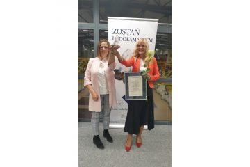 Aleksandra Włodarska vel Głowacka iMałgorzata Żbikowska wznoszą statuetkę Lodołamacza 2021 zazajęcie 1 miejsca wkategorii Instytucja.