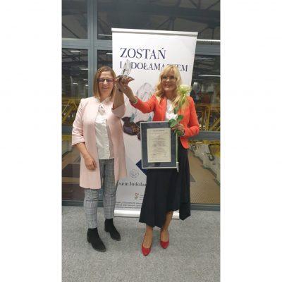 Aleksandra Włodarska vel Głowacka i Małgorzata Żbikowska wznoszą statuetkę Lodołamacza 2021 za zajęcie 1 miejsca w kategorii Instytucja.